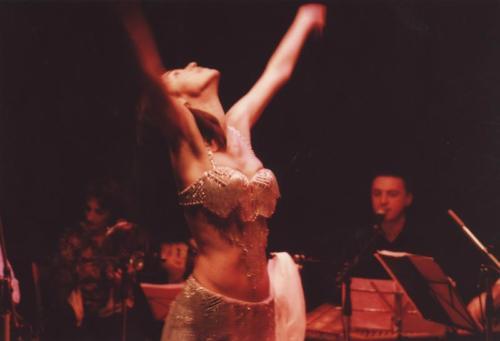 Όταν το σώμα χορεύει αμανέδες ....