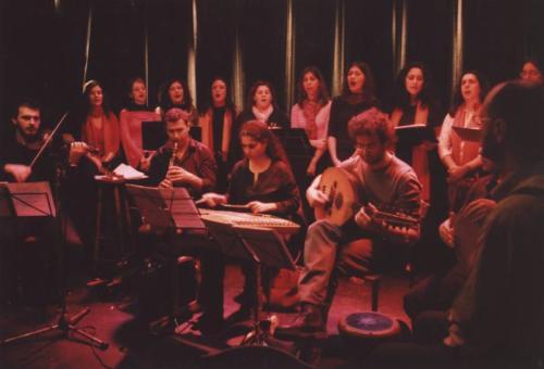 H ορχήστρα και η χορωδία του Κ.Α.ΛΜ.Ε.Είκοσι άτομα επί σκηνής ...