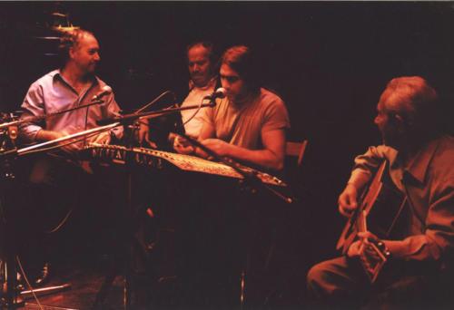 Ο Μάριος Παπαδέας δίπλα στον Μπινταγιάλα παίζει με το σαντούρι τουΣτην «Άλλη Όχθη» συχνάζουν μουσικοί ....